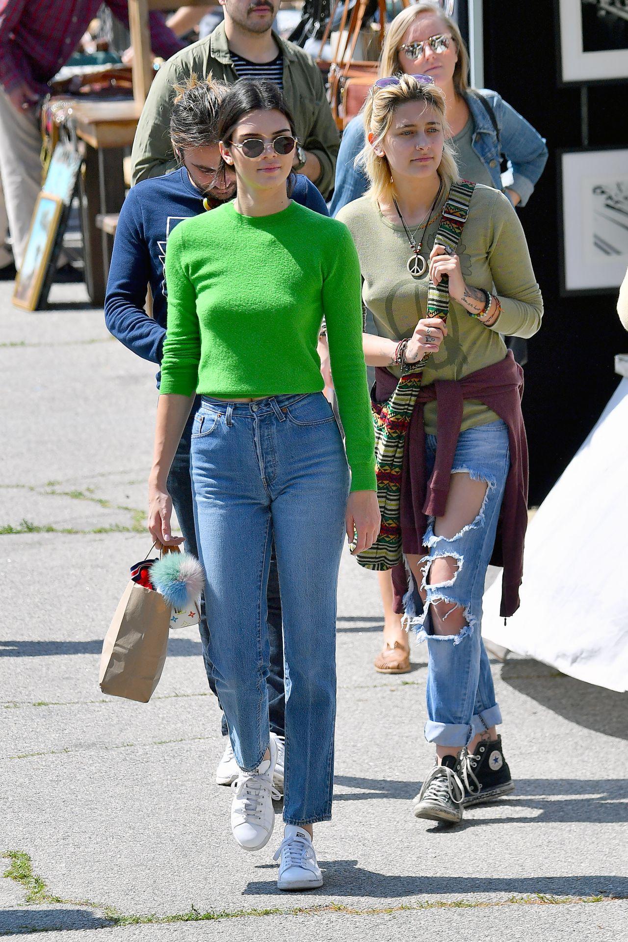 Kendall Jenner in Jeans at the Flea Market in Los Angeles ... ева лонгория