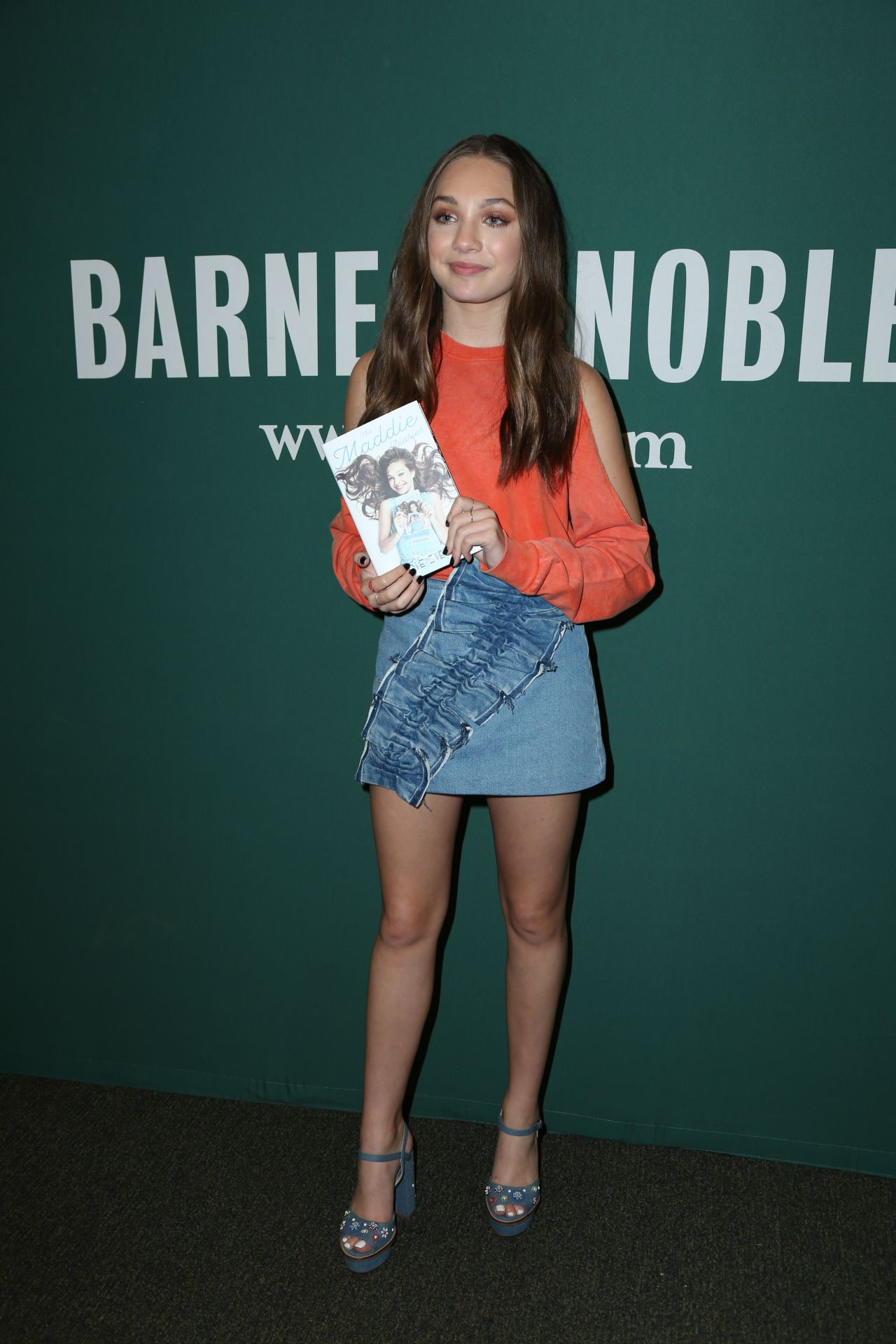 Maddie Ziegler Signing Copies Of The Maddie Diaries At Barnes