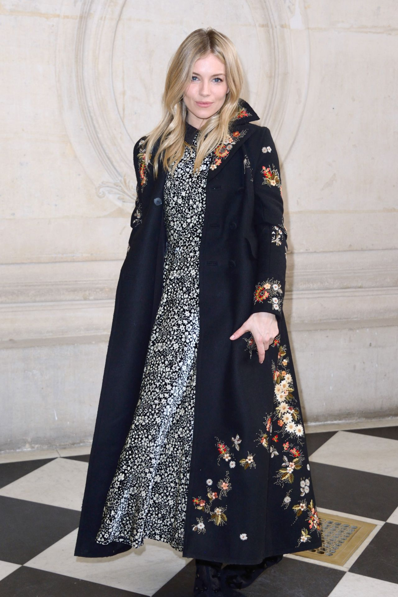 sienna miller at paris fashion week christian dior show 3 3 2017. Black Bedroom Furniture Sets. Home Design Ideas