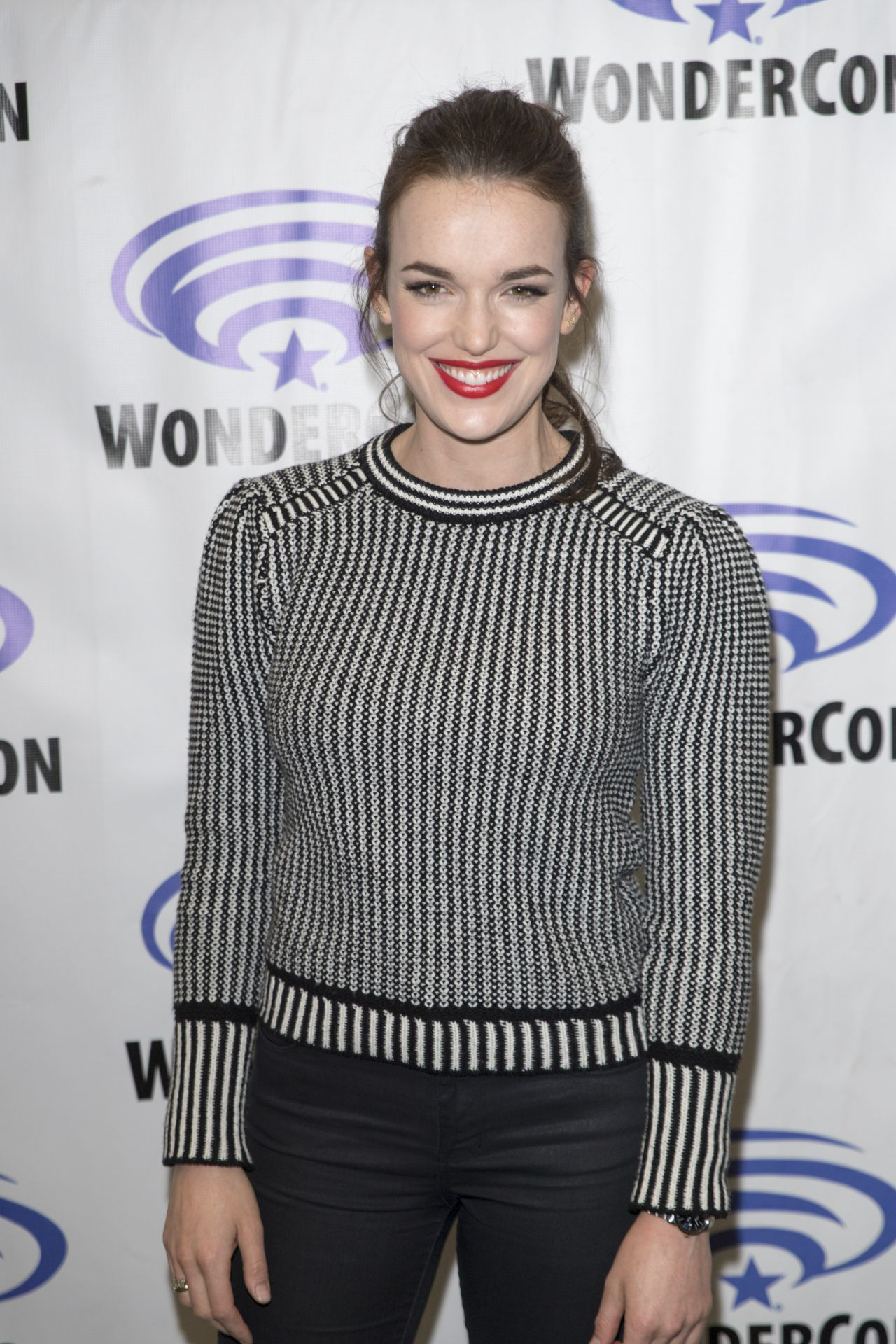Elizabeth Henstridge Nude Photos 24