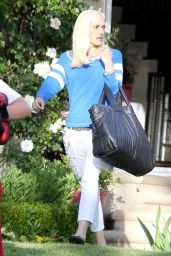 Gwen Stefani Hiding Easter Eggs in Her Front Lawn for Her Kids to Find - Los Angeles 4/16/2017