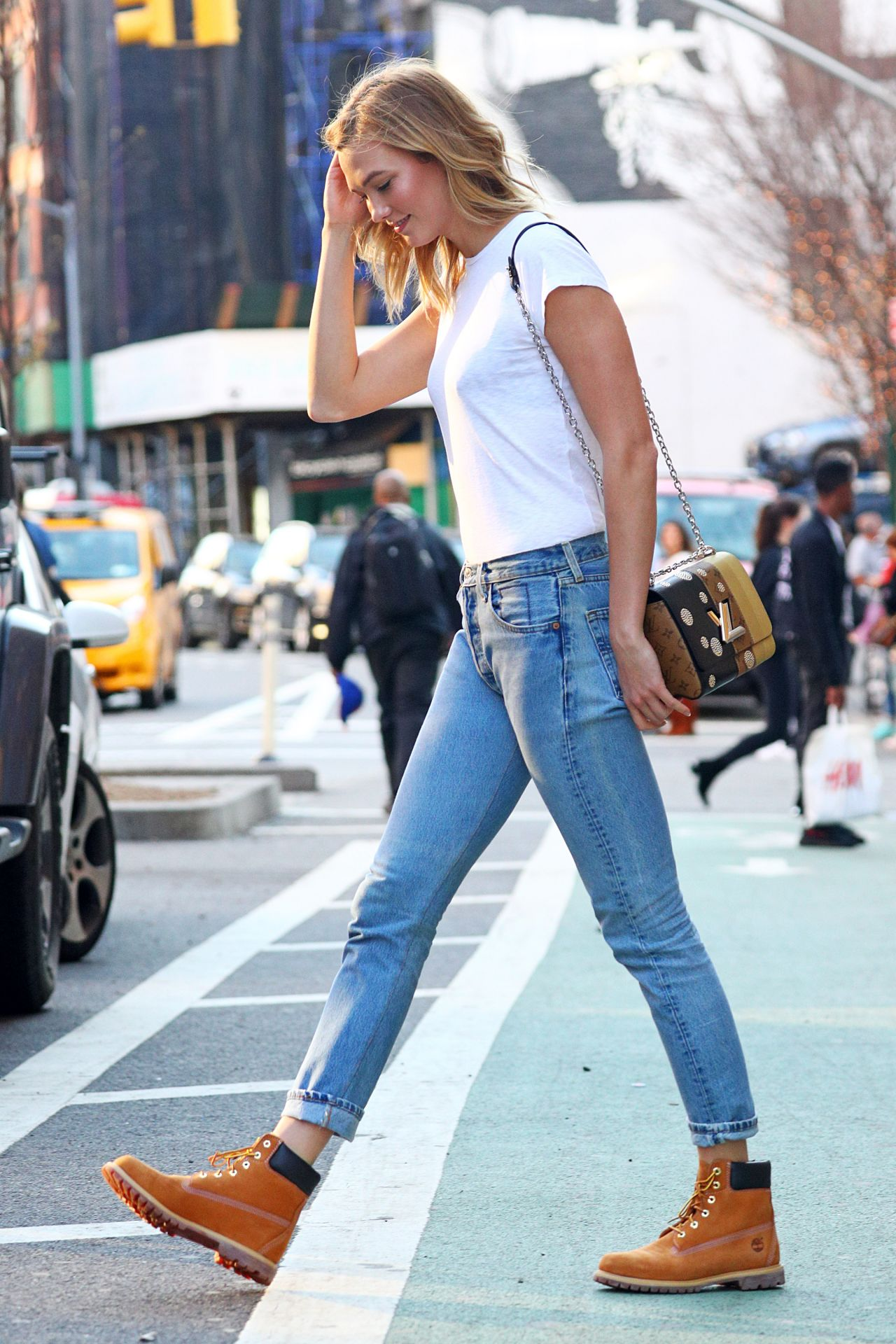 karlie kloss in boyfriend jeans and tan hiking boots 4122017