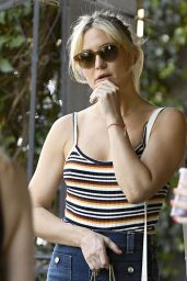 Kate Hudson in Casual Attire Shopping in LA 4/15/2017
