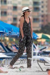Katie Holmes Looks Chic - Beach im Miami 4/17/2017
