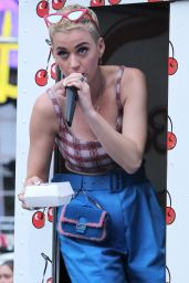 Katy Perry - Giving Out Some Pie in Times Square, NYC 04/28/2017