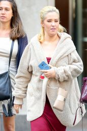 Mama June Visits The New York City Post Office 4/11/2017