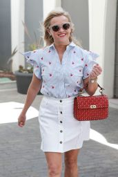 Reese Witherspoon Chic Street Style - Out in Los Angeles 04/27/2017