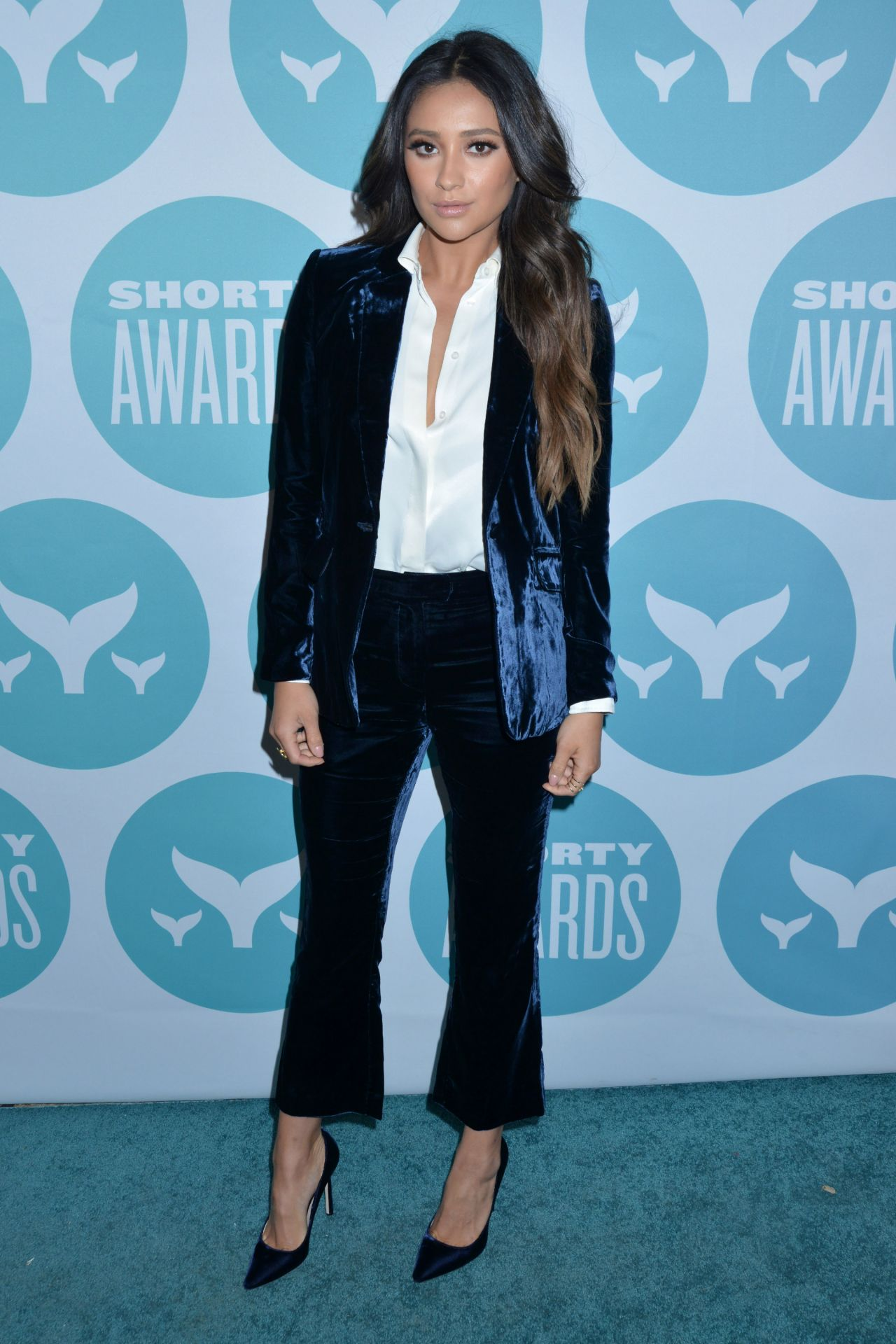http://celebmafia.com/wp-content/uploads/2017/04/shay-mitchell-shorty-awards-2017-in-new-york-city-5.jpg
