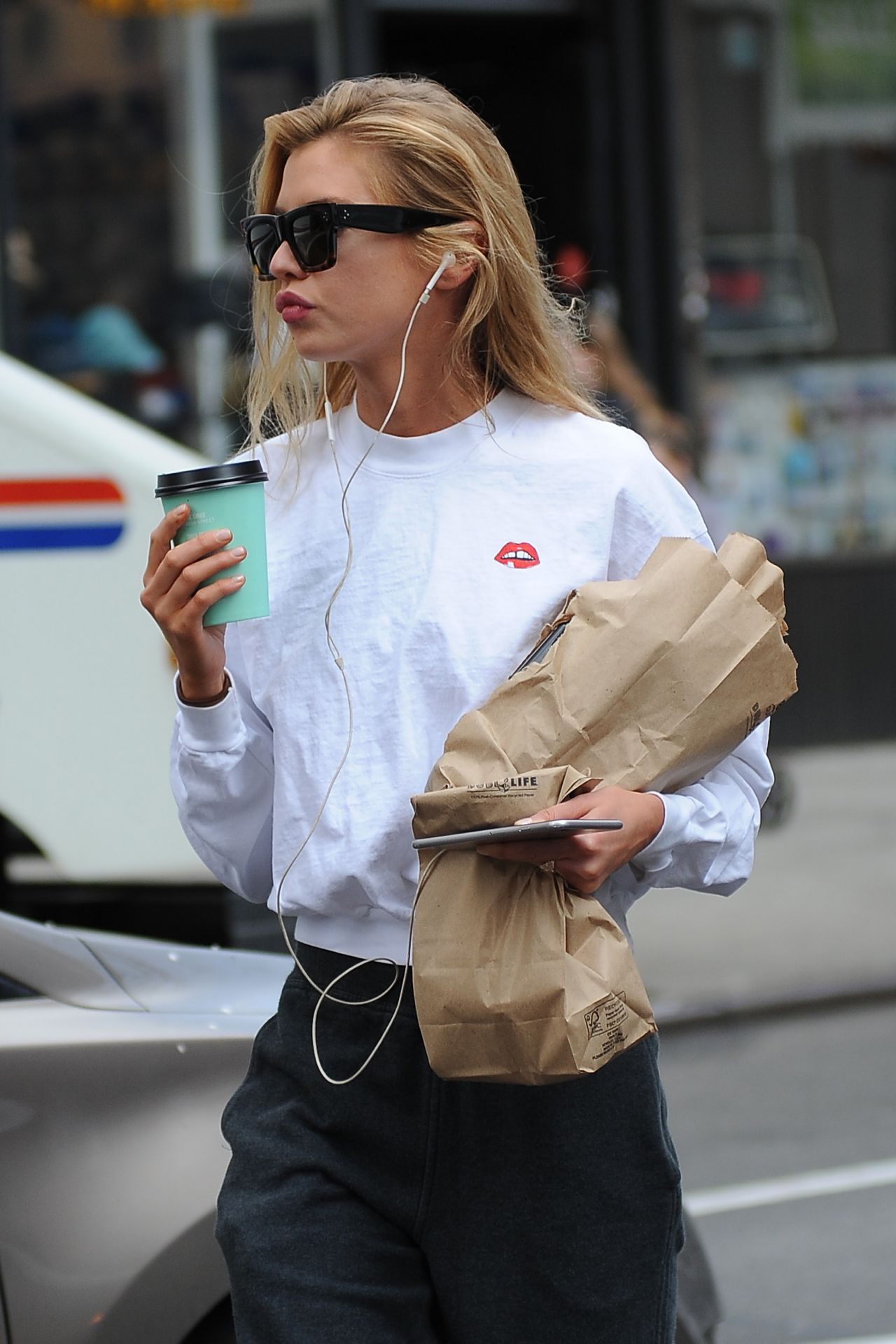 stella maxwell street style out in noho new york 4 20 2017. Black Bedroom Furniture Sets. Home Design Ideas