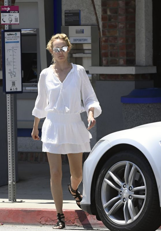 Amber Valletta Style - Stopped at the Bank 05/29/2017