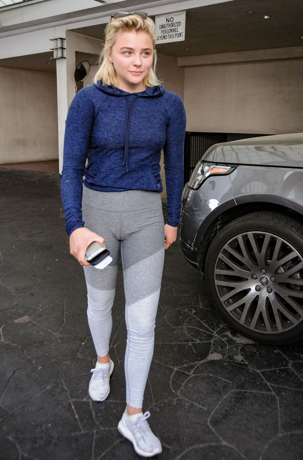 Chloe Moretz In Tight Fitting Activewear - Carries Some -4203
