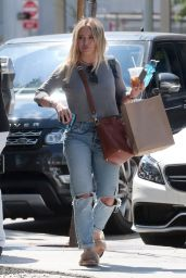 Hilary Duff Grabs Lunch in Los Angeles, CA 05/27/2017