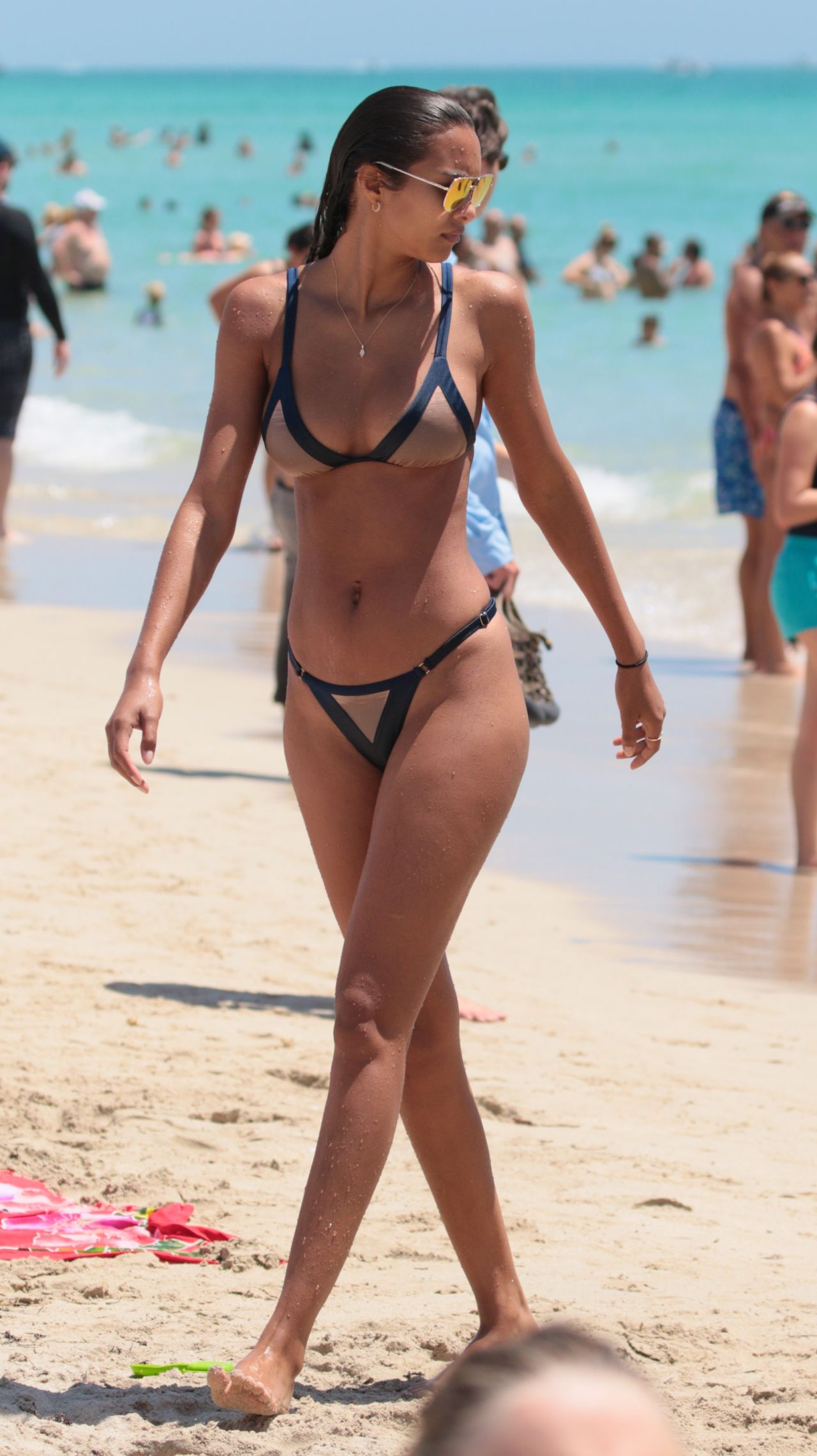 Girls butts in bikinis-5476