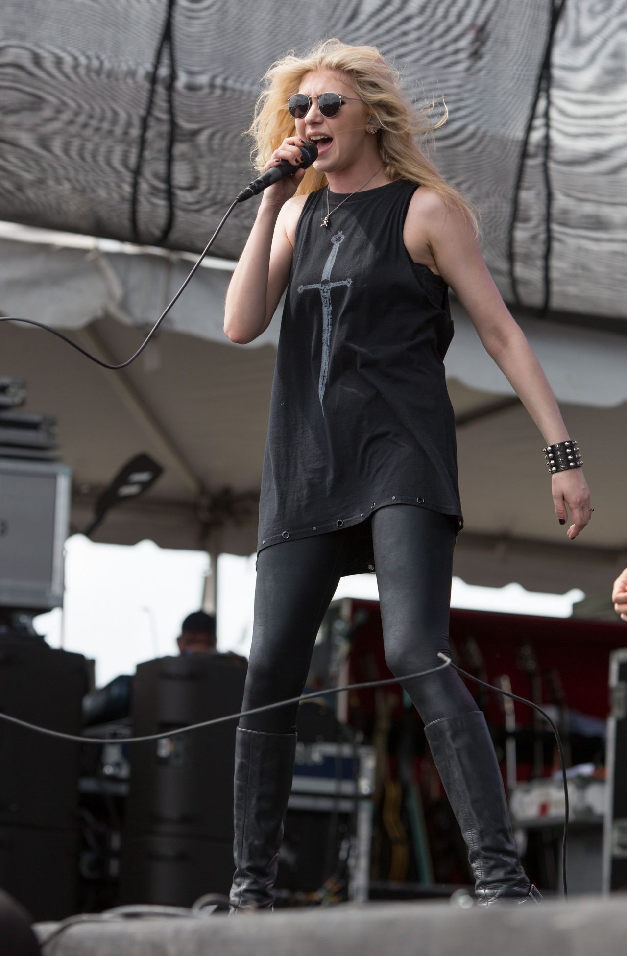 Taylor Momsen Performs at Fort Rock Festival in Fort Myers ...