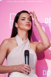 Adriana Lima – Dossi Dossi Fashion Show Press Room in Antalya, Turkey 06/09/2017