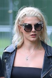 Ashley James and Charlotte de Carle - Mighty Hoopla Festival, Victoria Park in London 06/04/2017