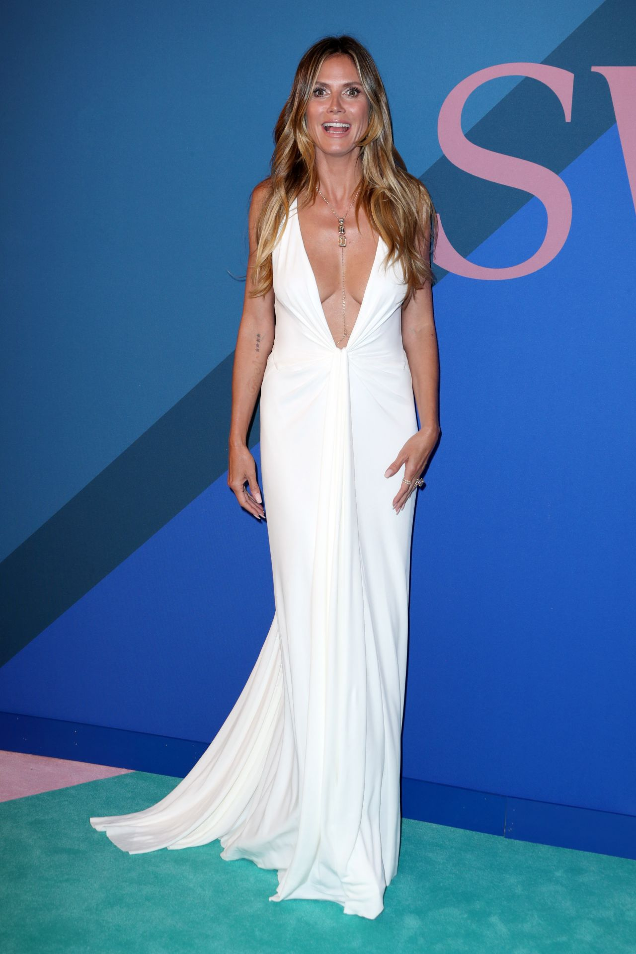 heidi klum on red carpet cfda fashion awards in new york. Black Bedroom Furniture Sets. Home Design Ideas