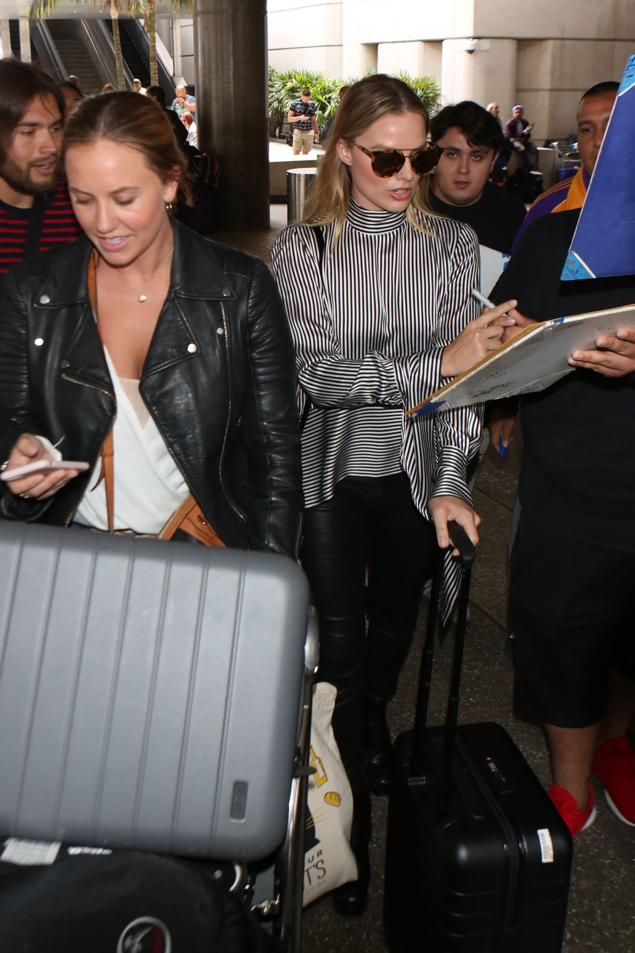Margot robbie at lax airport in los angeles new pictures