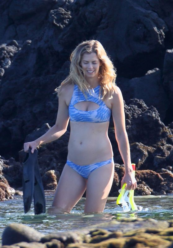 Anna Rawson in a Bikini - Goes Snorkeling and Paddle Boarding in Hawaii 07/04/2017