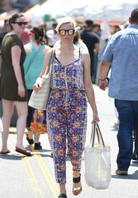 Elizabeth Banks - Farmers Market in Los Angeles 07/16/2017