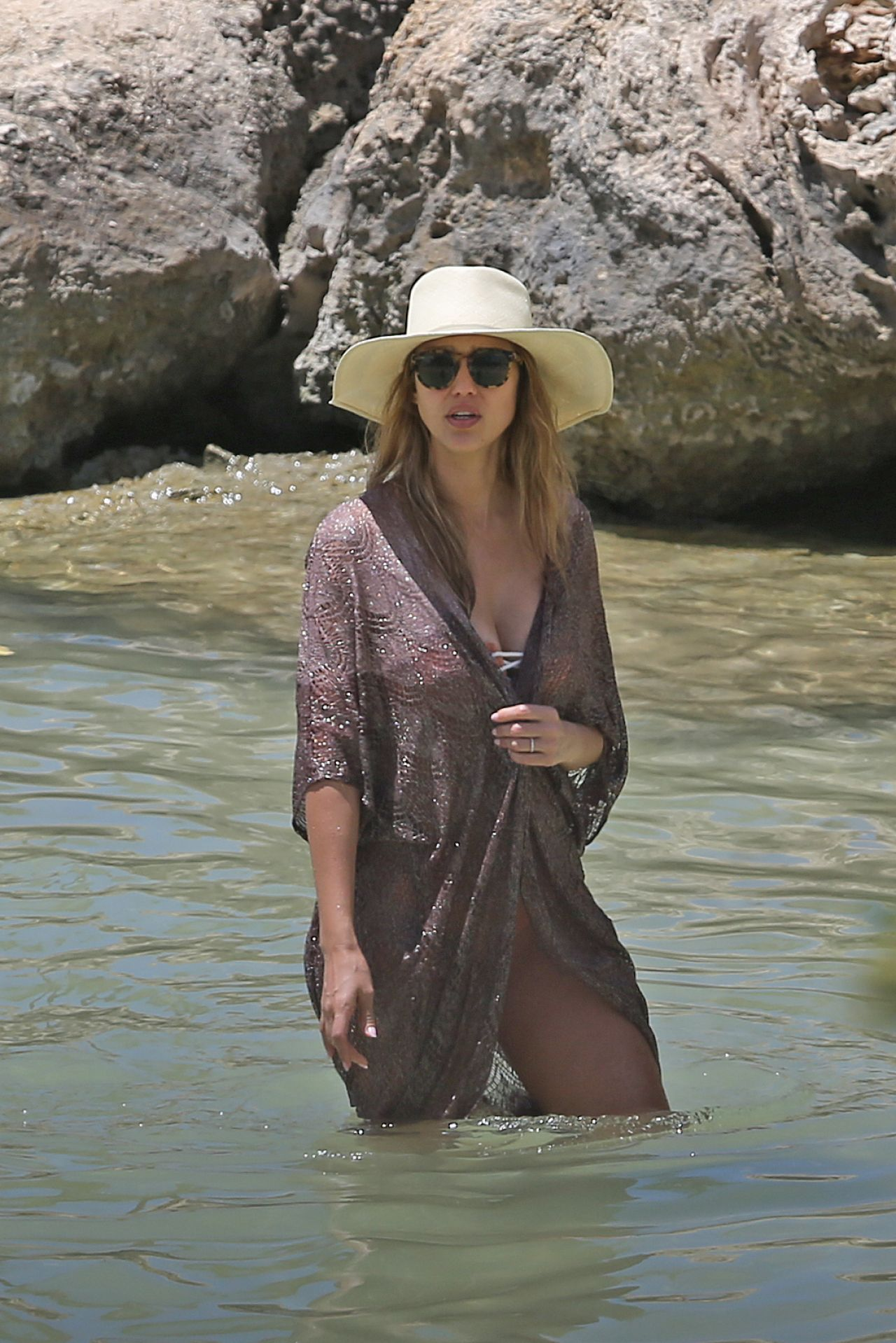 Jessica alba relaxing on the beach in hawaii 07 15 2017 for Jessica alba beach pictures