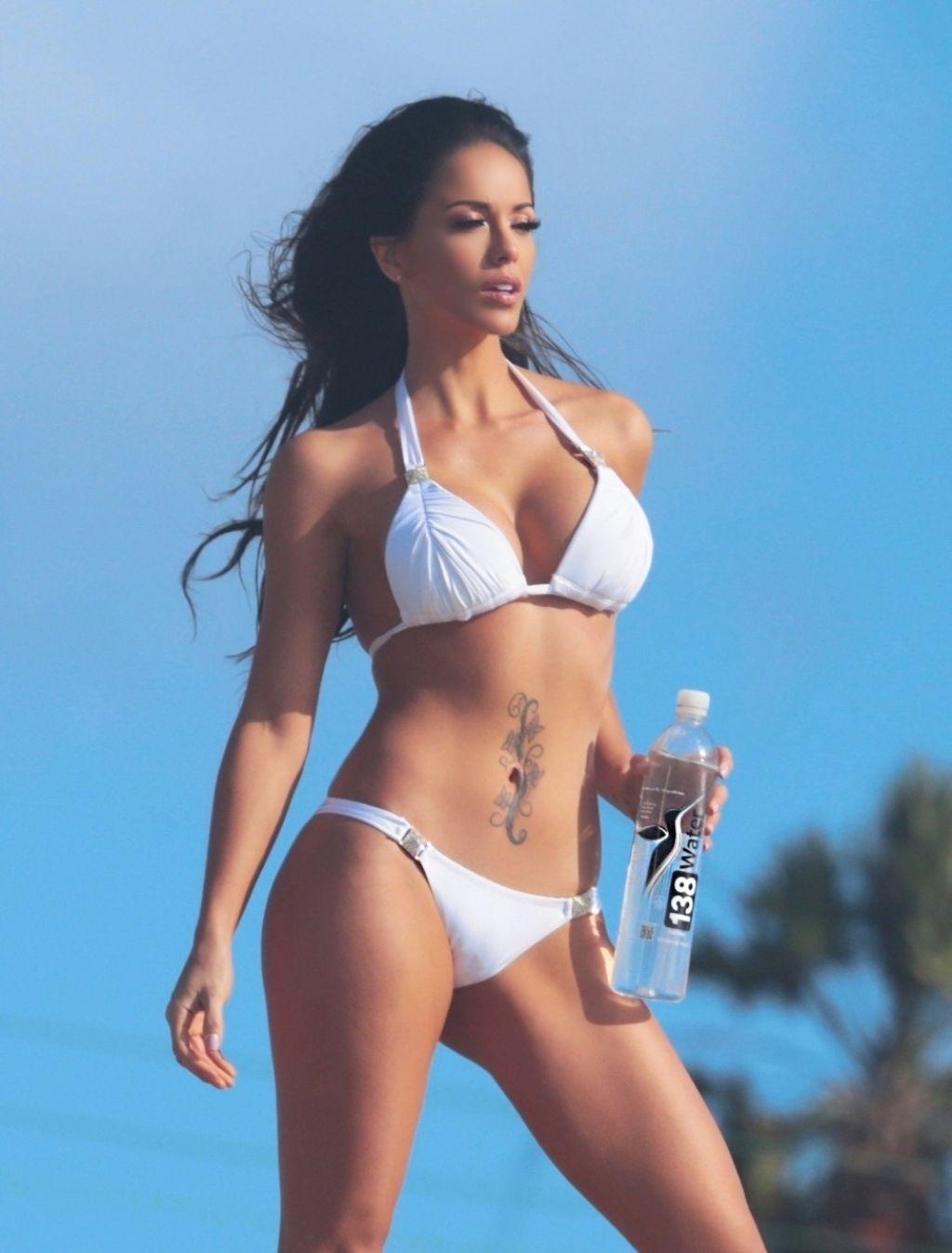 Melissa riso flaunts her bikini body