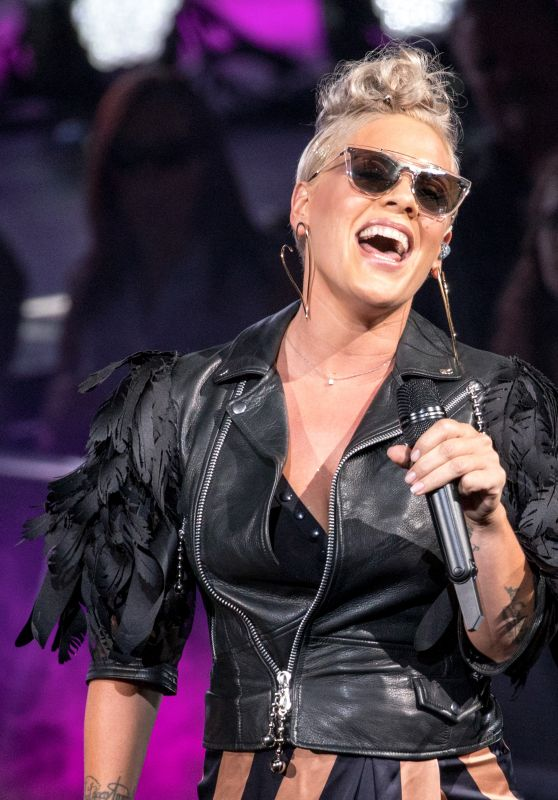 Pink - Performs live at Henry Maier Festival Park in Milwaukee 07/02/2017