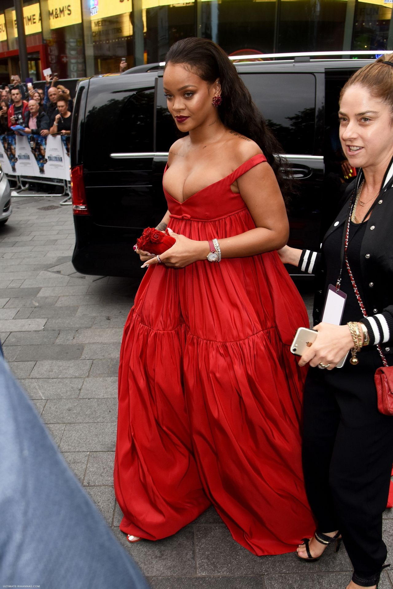 """Rihanna on Red Carpet - """"Valerian and the City of a ..."""