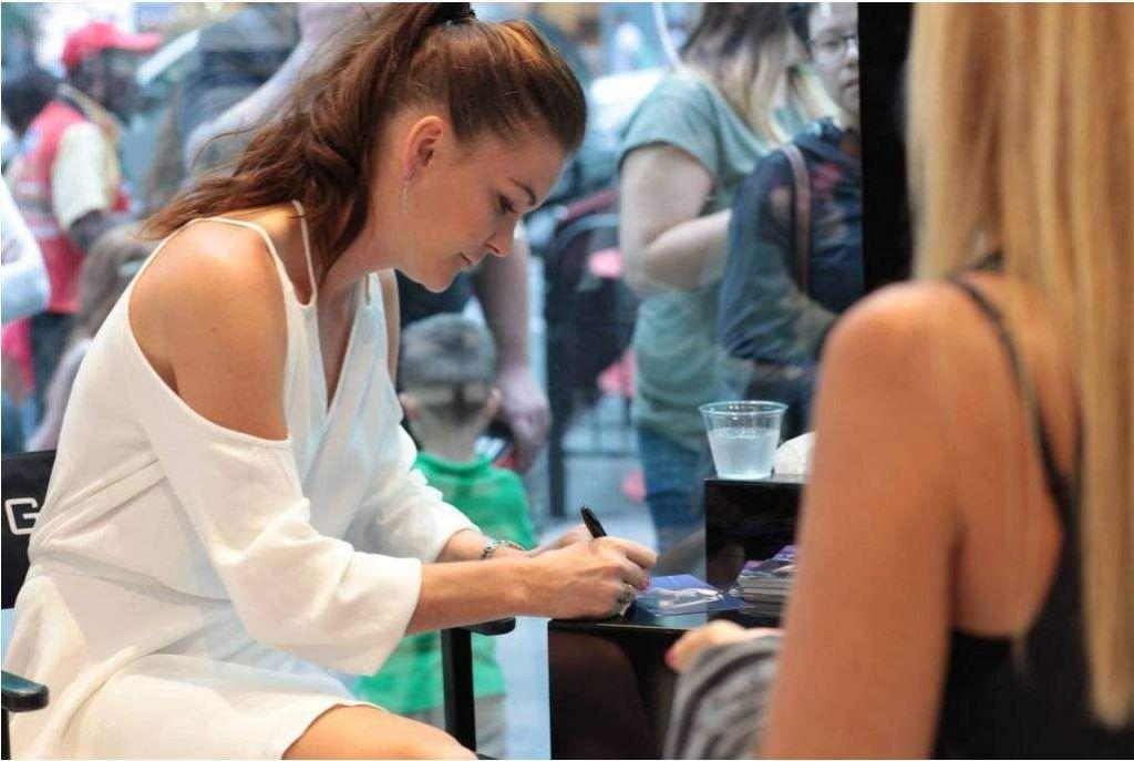 Agnieszka Radwanska - Signing Autographs in NY 08/28/2017