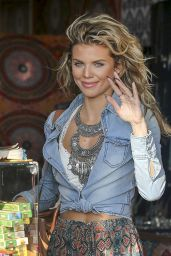 AnnaLynne McCord - Buying a Necklace in Venice Beach, CA 08/14/2017