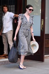 Anne Hathaway Goes Makeup-Free to a Photoshoot in NYC 08/25/2017
