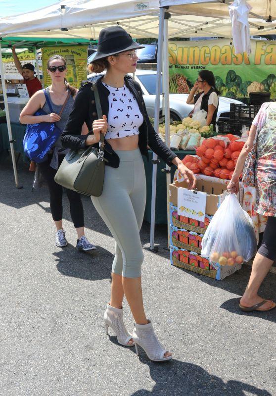 Blanca Blanco - Shopping at the Farmer