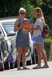 Elizabeth Banks - Watches the Solar Eclipse With Her Family in LA 08/20/2017