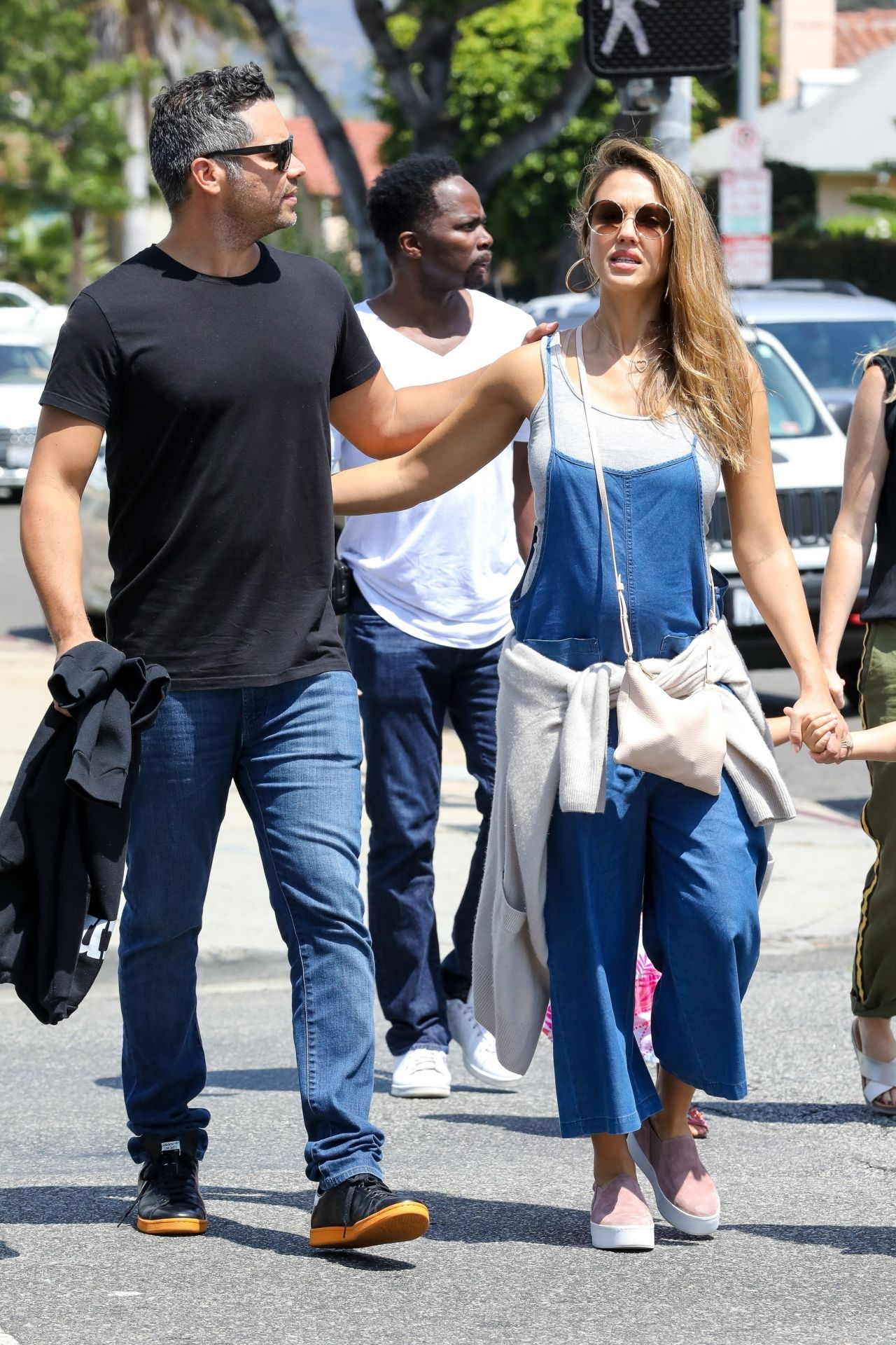 http://celebmafia.com/wp-content/uploads/2017/08/jessica-alba-and-cash-warren-out-in-los-angeles-08-20-2017-1.jpg