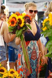 Jodie Sweetin - Buys Fresh Sunflowers From the Studio City Farmers Market 08/27/2017