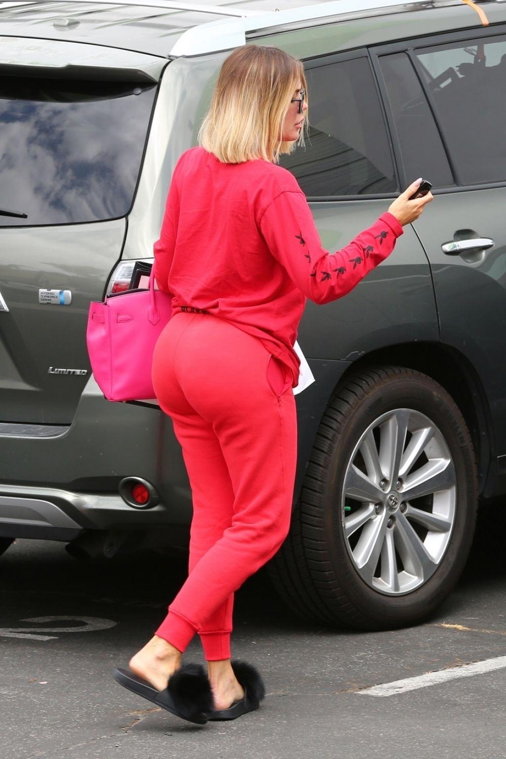 Khloe Kardashian Ass In Tight Jeans
