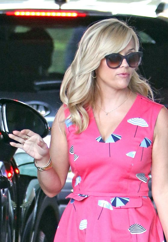 Reese Witherspoon Wears Umbrellas on Her Pink Dress - Los Angeles 08/02/2017