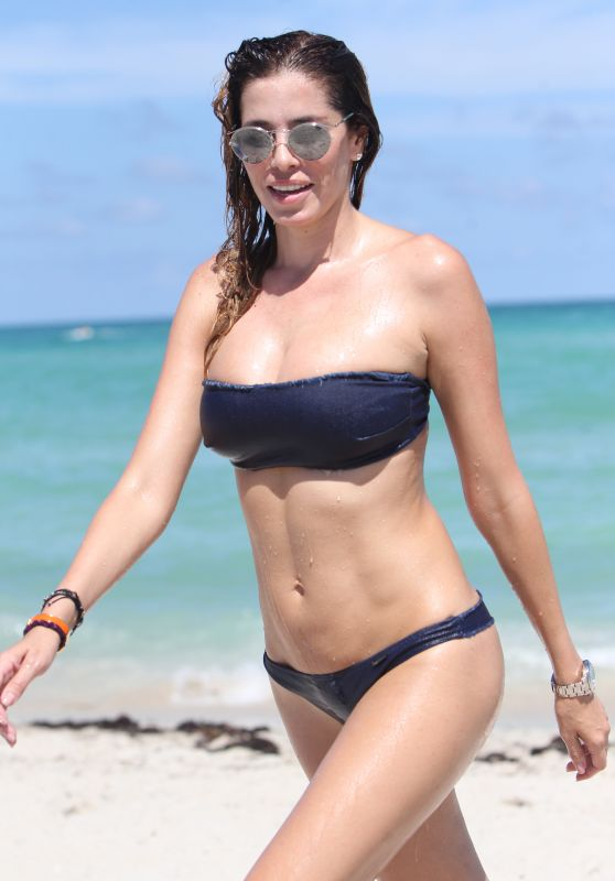 Aida Yespica Shows Off Her Toned Bikini Body - Beach in Miami 08/31/2017