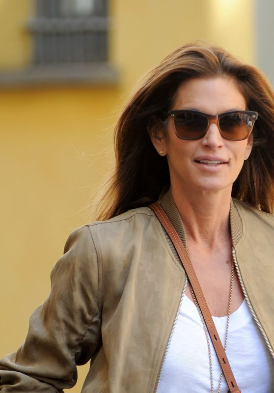 Cindy Crawford - Shopping and Out to Lunch With Roberta Armani and Friends in Downtown Milan 09/20/2017