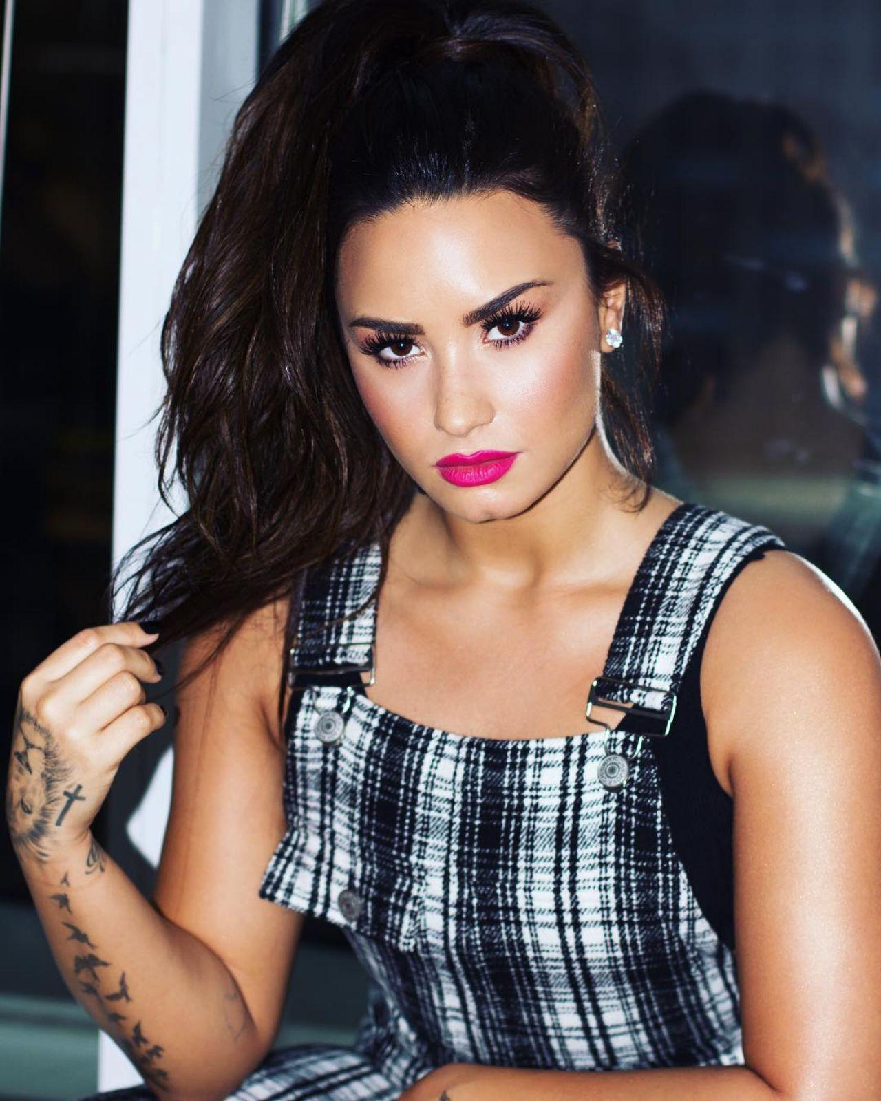 Demi Lovato - Social M...