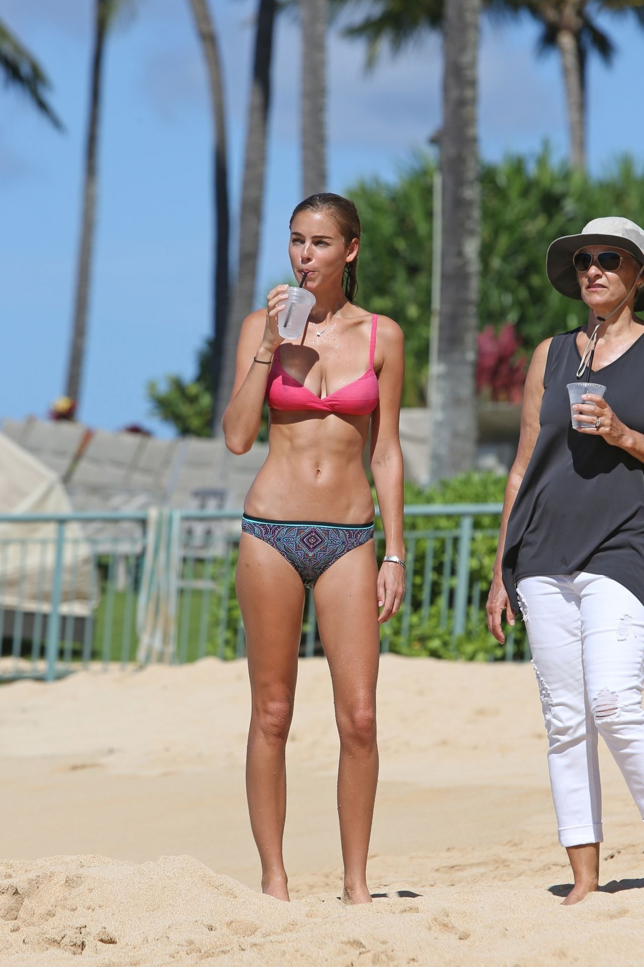 Elizabeth Turner Showed Off Her Slim Physique in Bikini on the Beach in Hawaii 09/10/2017
