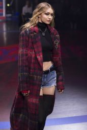 Gigi Hadid – Tommy Hilfiger Fall 2017 Ready-To-Wear Runway Show in London 09/19/2017