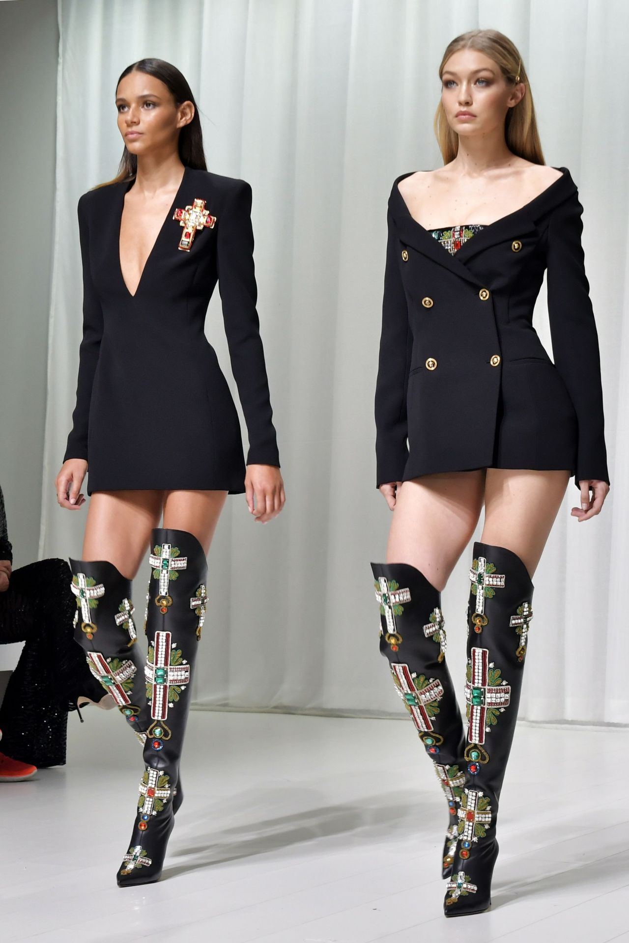 Gigi Hadid Versace Show In Milan 09 22 2017