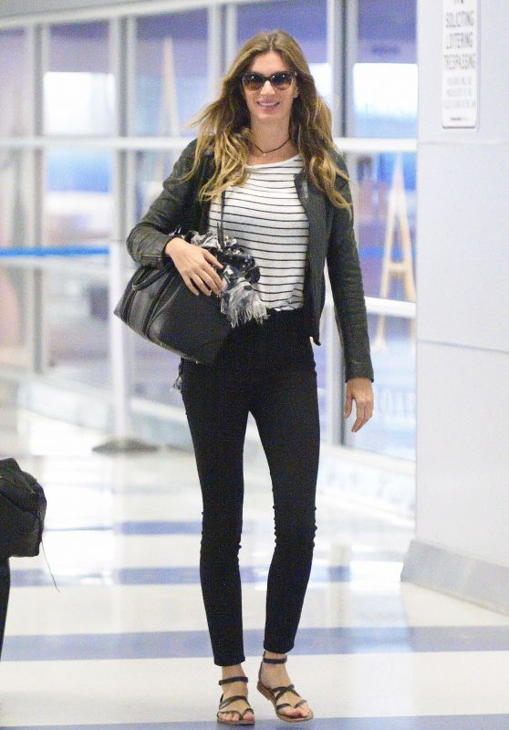 Gisele Bundchen - Arriving to Logan Airport in Boston 09/19/2017