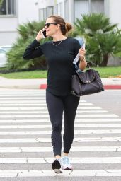 Jennifer Garner in Tights - Talks on the Phone in LA 09/12/2017