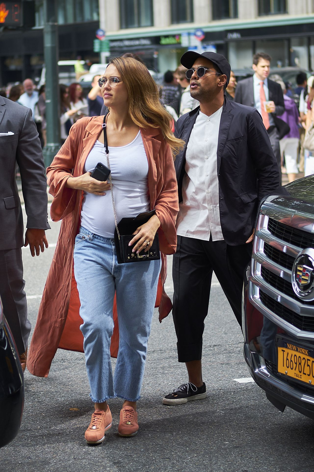 http://celebmafia.com/wp-content/uploads/2017/09/jessica-alba-with-her-brother-joshua-in-nyc-09-07-2017-0.jpg