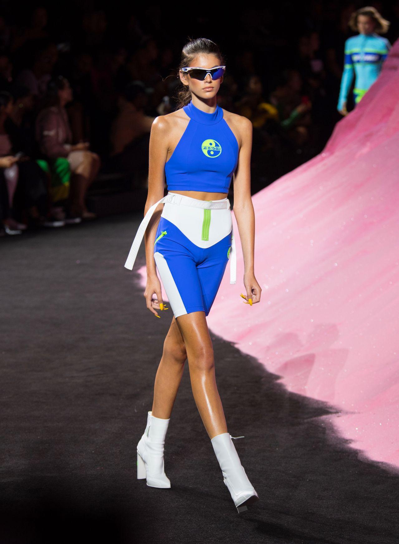 director Investigación altura  Kaia Gerber Walks in Rihanna's Fenty Puma Fashion Show SS18 - NYFW ...