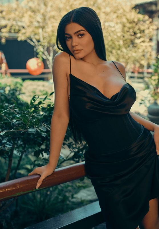 Kylie Jenner - Kendall+Kylie DropThree Collection 2017