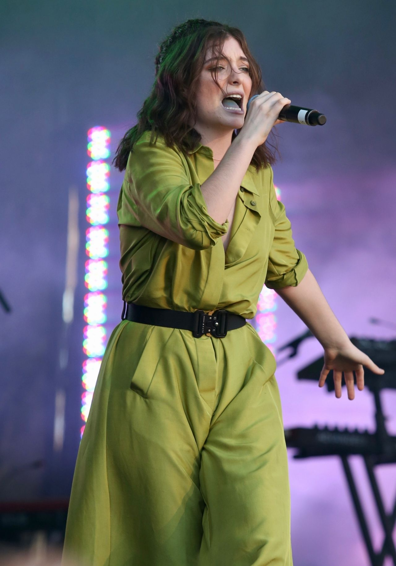 lorde performs live at iheartradio beach ball summer concert in vancouver 09 03 2017. Black Bedroom Furniture Sets. Home Design Ideas