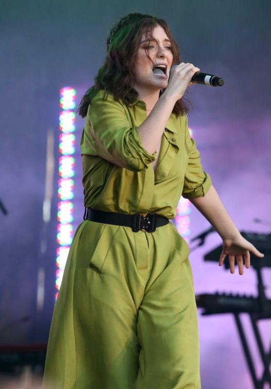 Lorde - Performs Live at iHeartRadio Beach Ball Summer Concert in Vancouver 09/03/2017